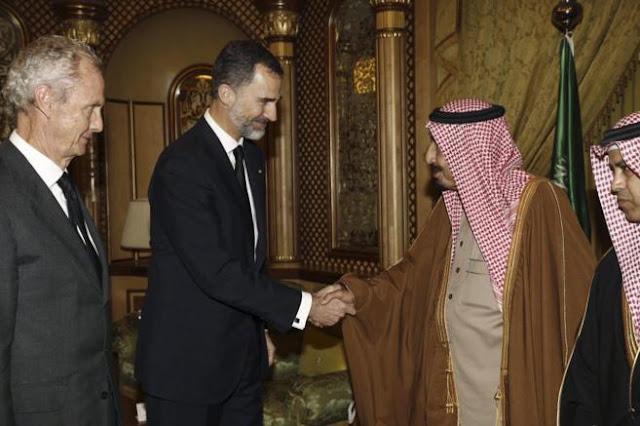 Mientras los medios se centran en Podemos o Messi y el tiempo para no hablar de que Felipe VI está en Arabia vendiendo armas