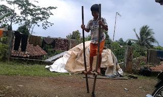 Permainam egrang sudah ada sejak zaman dahulu di Indonesia