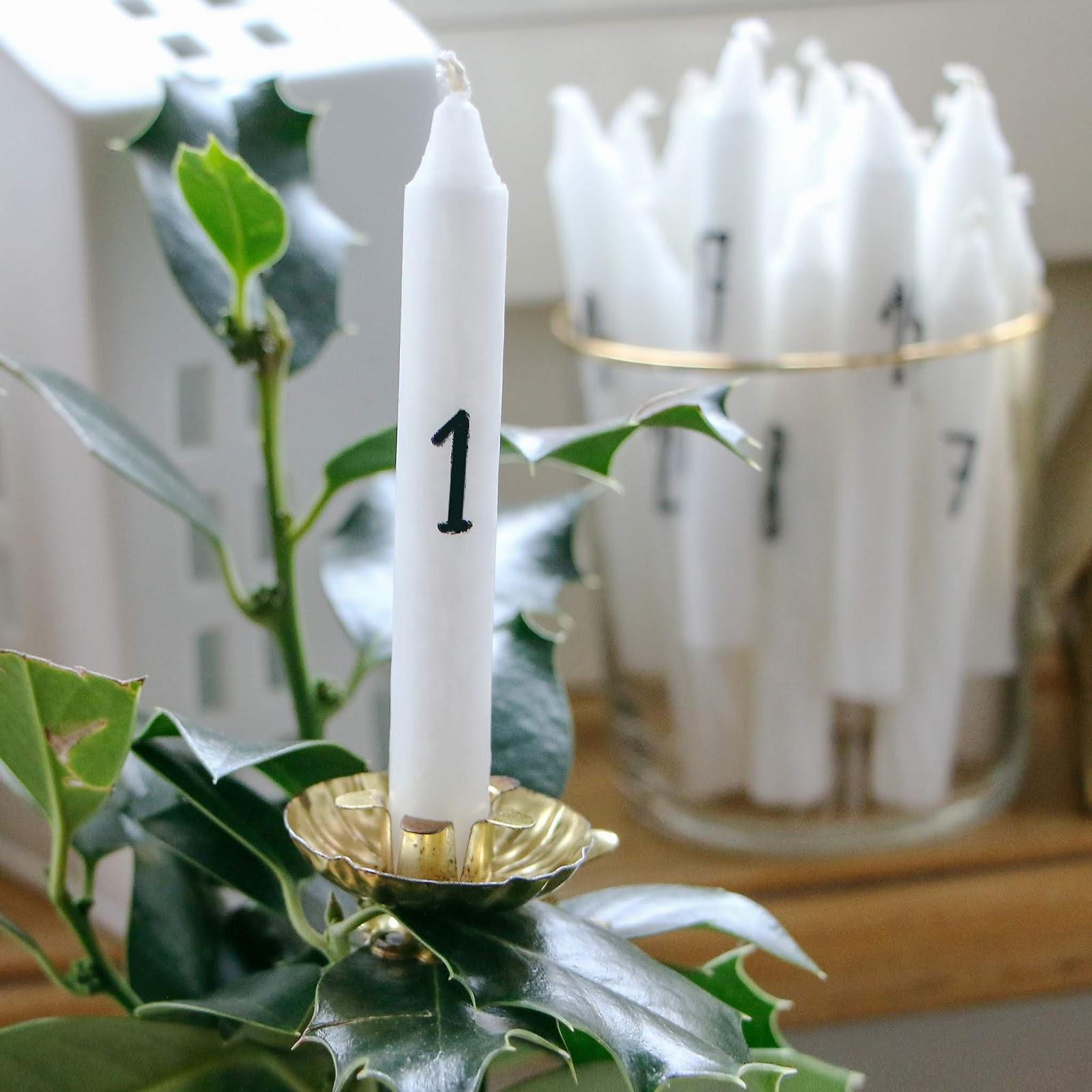Adventskalender Bastel-Idee von LeLo www.machetwas.blogspot.com für Ungeduldige. 24 kleine weisse Baumkerzen mit wasserfestem Filzstift anschreiben und in einen alten goldenen Kerzenhalter stecken.