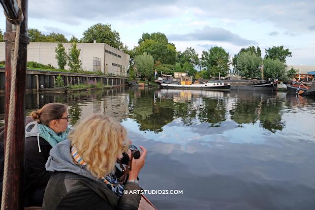 Je kunt je eigen boot boeken vanaf 4 personen, fotograaf Hans geeft aan boord de workshop ZIEN vanaf het water
