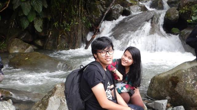 Pelancong menikmati wisata Air Terjun Siparis, Simalungun.