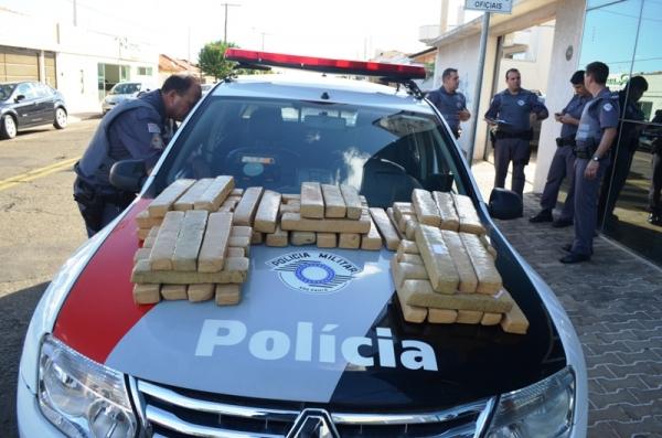 PM apreende 63 tijolos de maconha dentro de caminhonete em estacionamento em Mogi-Guaçu