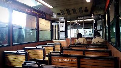 di dalam gerbong the peak tram