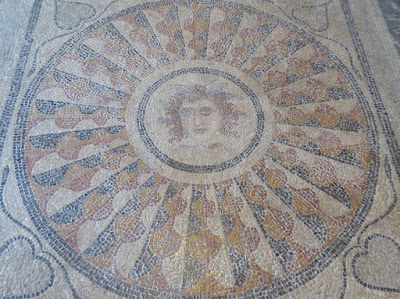 Mosaico della Medusa nel Palazzo dei cavalieri