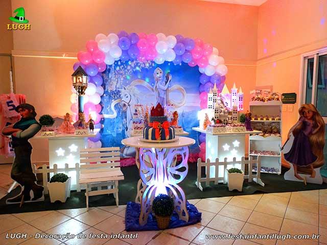 Decoração festa de aniversário tema Os Enrolados ou Rapunzel em mesa provençal infantil