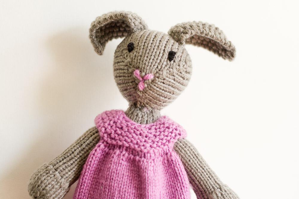 szary królik na drutach
