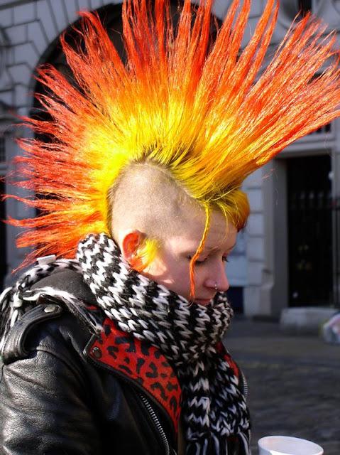 punk-moicano-cabelo-vermelho-laranja-amarelo-cor-de-fogo