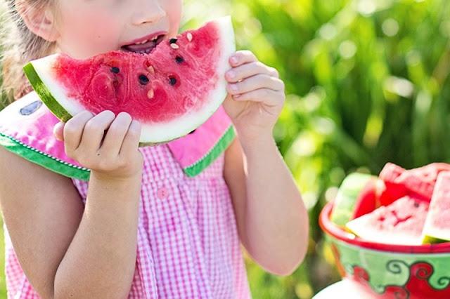 Καλοκαίρι, με τη φέτα το καρπούζι στο ένα χέρι - Προσωπικές ιστορίες