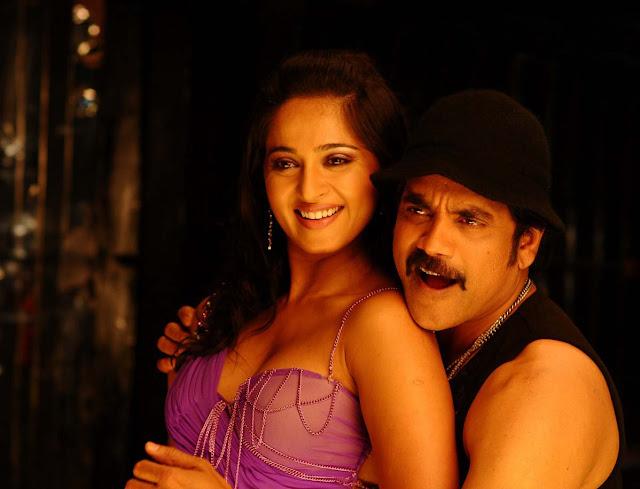 Anushka actress boobs