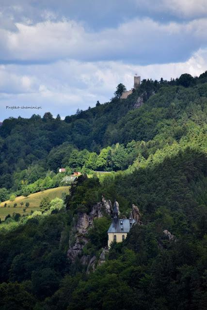 Na dole Hrad Vranov wyżej znajduje się zamek Frydstejn