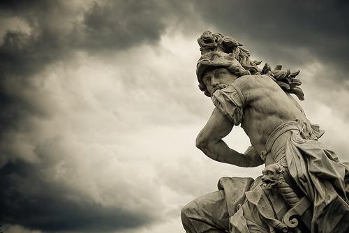 Estátua de mármore representando Marte, o Deus da Guerra romano.