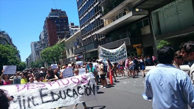 Argentinos toman el Ministerio de Educación en rechazo a despidos