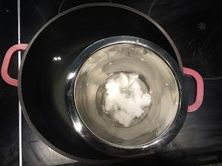 Exfoliant pour le corps, huile de coco au bain-marie
