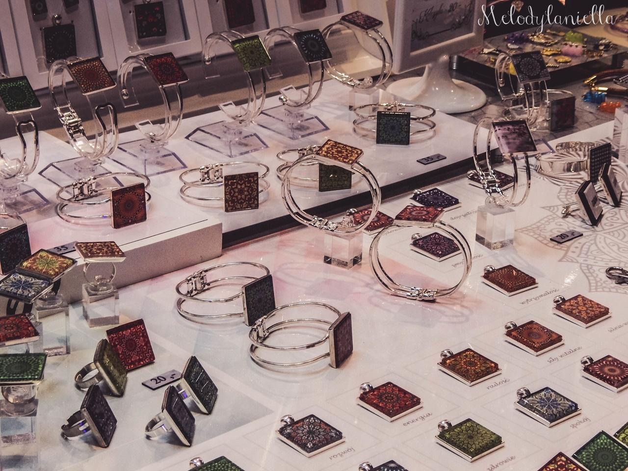 13 nietypowy jarmark świąteczny piotrkowska 217 co dzieje się w łodzi dwukropek ogrody zofii bożonarodzeniowy jarmark targ świąteczny świat z lukru pierniki świąteczne łódź biżuteria handmade piando zigner
