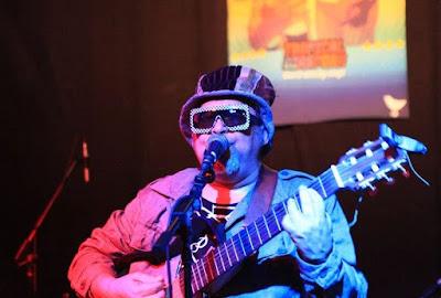 Emerson Boy, o andarilho musical e mágico performático cujos trabalhos são um coalhado de fusões rítmicas que fogem do lugar comum. Foto: acervo Emerson Boy