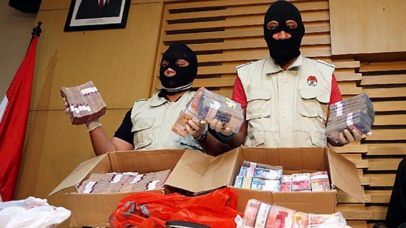 Penyidik KPK memamerkan uang suap Bupati Klaten, Sri Hartini