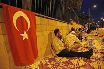 antisipasi tindakan kudeta susulan, warga turki rela tidur dijalan