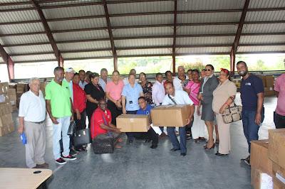 Directora distrito Educativo 0104, Elaine Pujol entrega kit escolares a directores de escuela en Cabral