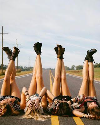 pose de amigas en la carretera acostadas