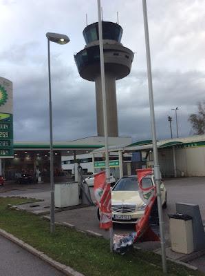 Taxi Tankstelle Innsbrucker Landstraße Fahnen