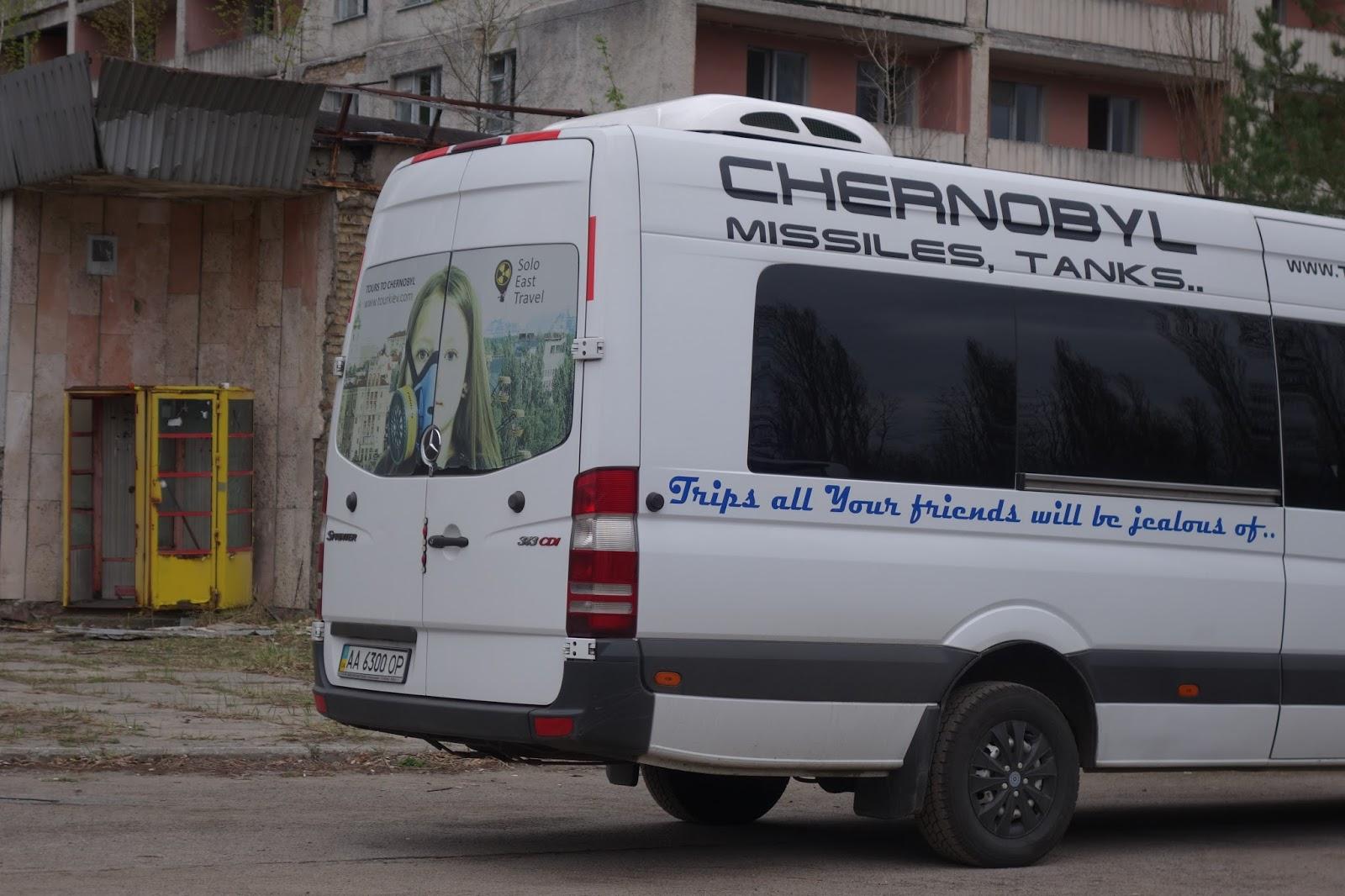 Varldens rikaste far plats i en minibuss