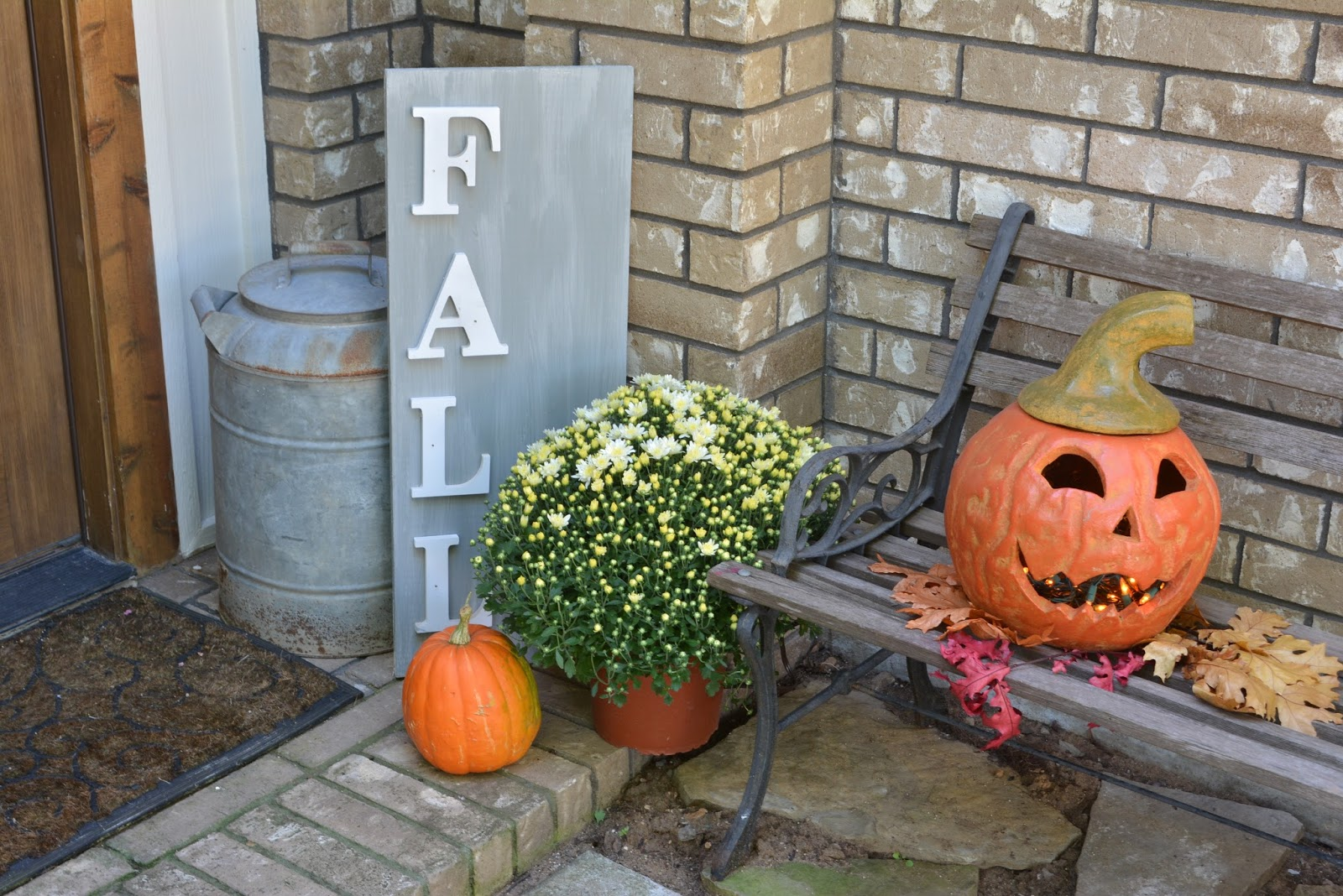 Jackolantern, Fall sign, mums,