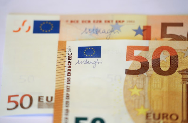 Image Attribute: The signature of the President of the European Central Bank (ECB), Mario Draghi, is seen on the new 50 euro banknote during a presentation by the German Central Bank (Bundesbank) at its headquarters in Frankfurt, Germany, March 16, 2017. REUTERS/Kai Pfaffenbach