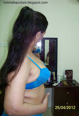hot mallu aunty bhuvana selfie image wearing blue bra pressing boobs