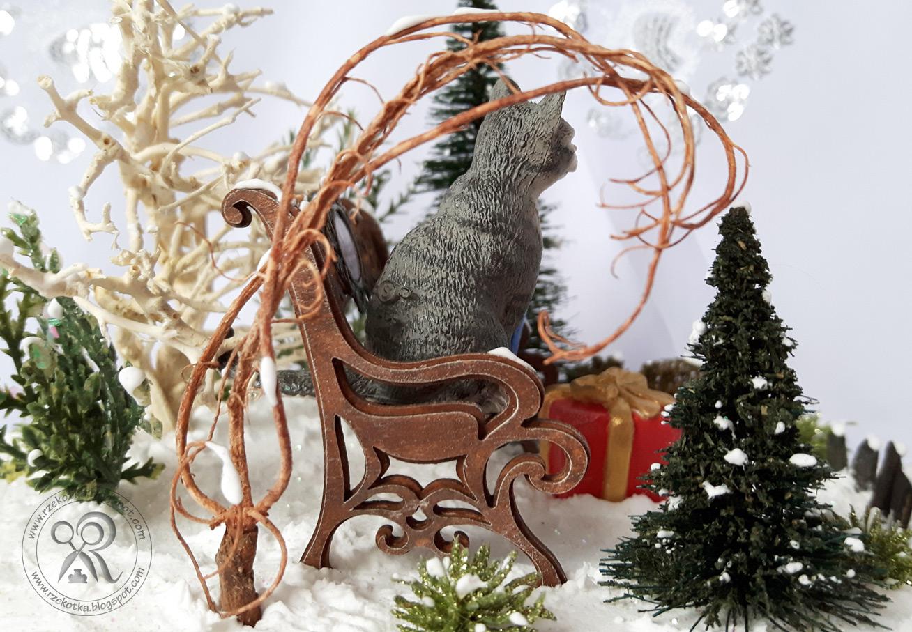 Kot siedzący na ławce - bombka