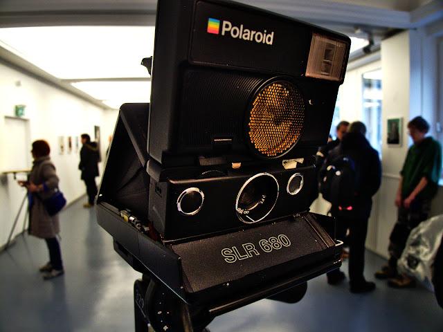 """Sofortbildkamera SLR 680 in der Kommunalen Galerie Berlin in der Ausstellung """"Sofort Bild Werkstatt"""""""