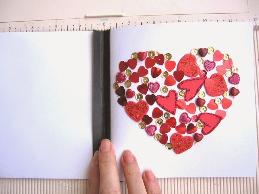 paso 10 tutorial mini-álbum scrapbook, cómo pegar la tarjeta de felicitación en el interior del lomo