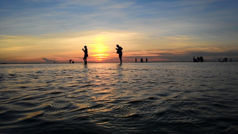 Silhouettes on Water 2 HD
