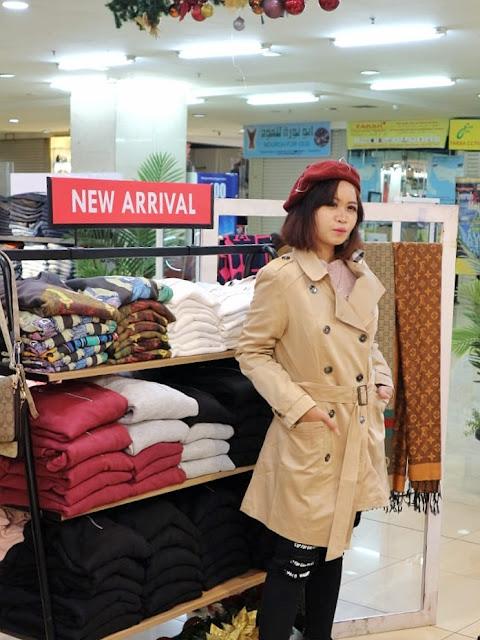 contoh style fashion musim dingin yaitu trench coat dan berret hat