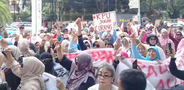Ratusan Emak-emak Long March Desak KPU Jangan Curang