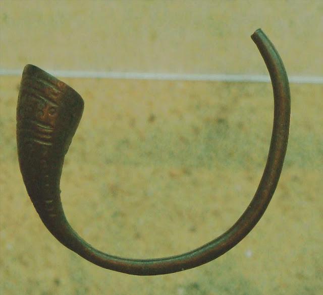 Bransoleta z tzw. trąbkowym zakończeniem - zabytek z Biskupina eksponowany w Muzeum Archeologicznym w Poznaniu