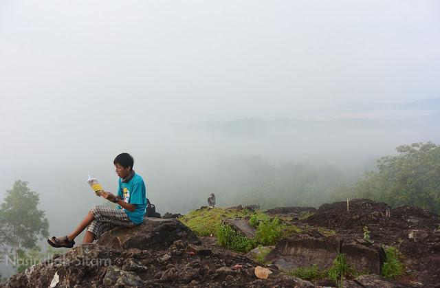 Berteman buku dan kabut di Gunung Ireng Gunungkidul