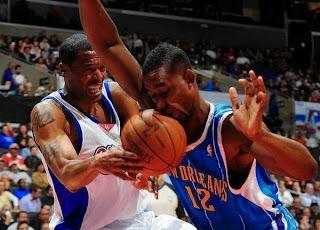 smešna slika: košarkaška lopta u facu košarkaša