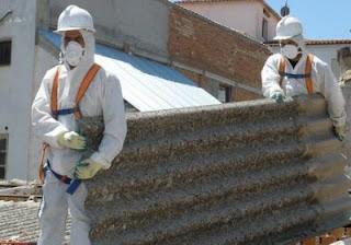 trabalhadores carregando  telha  amianto