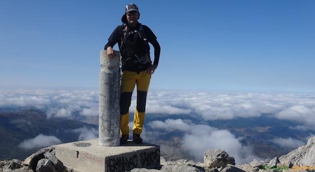 Vértice del Pico Espigüete con mar de nubes.