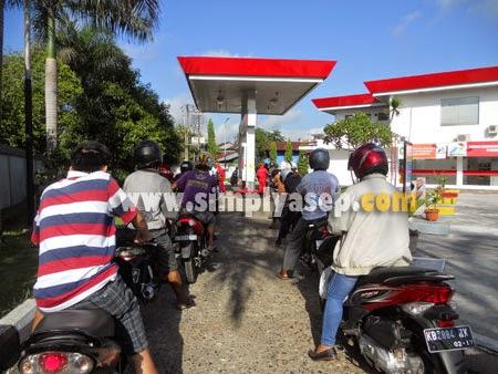 ANTRE : Para pemakai kendaraan yang akan mengisi bensin di SPBU Milik Pertamina harus sabar mengantri dan tertib serta disiplin demi kebaikan bersama  Foto Asep Haryono