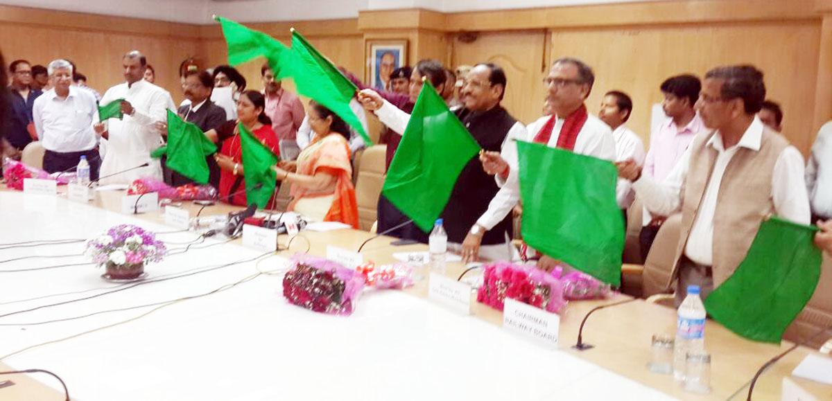 MP-Bhuria-accompanies-Speaker-of-Lok-Sabha-to-Ajmer-Ratlam-train-लोकसभा अध्यक्ष के साथ सांसद भूरिया ने अजमेर रतलाम ट्रेन को किया विदा