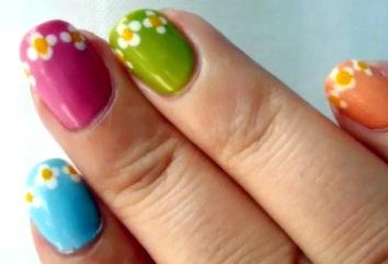 Foto de uñas de colores con diseño juvenil