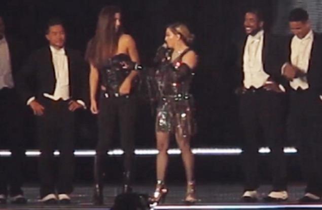 Remaja Terkejut Madonna Tarik Bajunya Sampai Ternampak Buah Dada