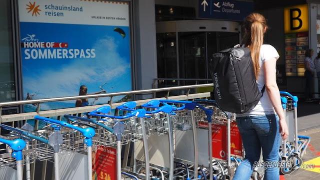 Wenig Gepäck am  Flughafen Terminal