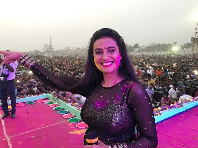 भोजपुरी सुपरस्टर अक्षरा सिंह को बिहार में कहीं भी परफॉर्म करने की अनुमति नहीं मिल रही है।