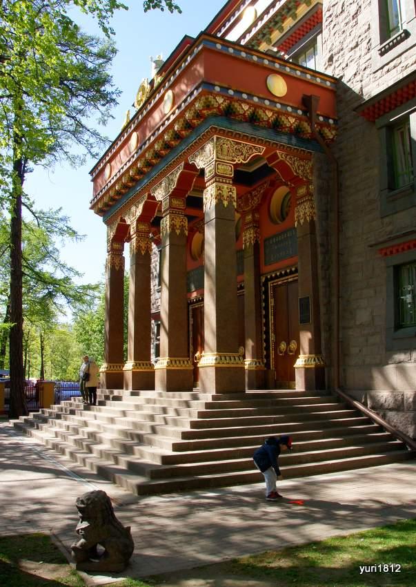 Колонны фасада дацана