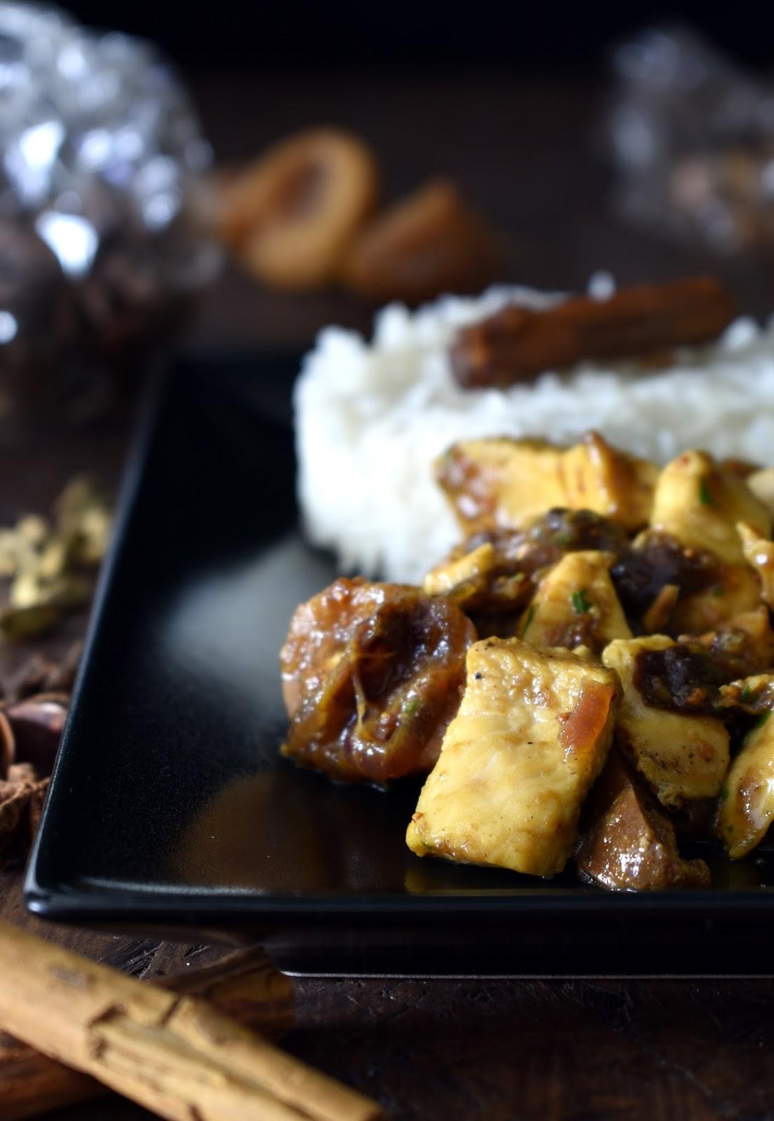 Pollo alle spezie con prugne e fichi con riso a vapore