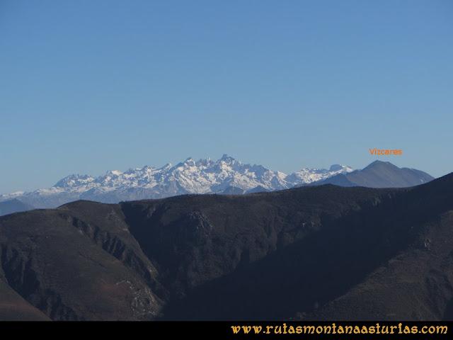 Ruta de las Foces del Rio Pendón y Varallonga: Desde ell pico Varallonga, vista de los Picos de Europa y Vízcares