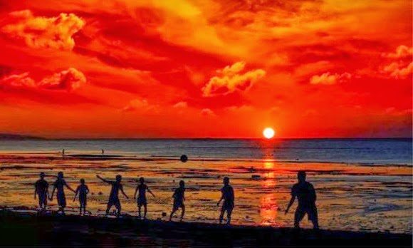 Menikmati Sunset Sambil Berrmain Di Pantai