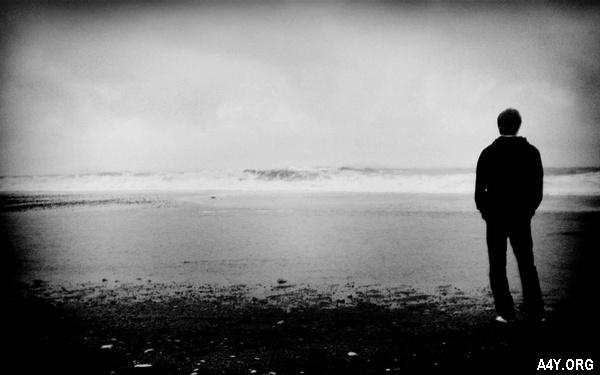 chàng trai đứng 1 mình trước biển